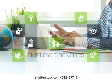 Empresario trabajando en el concepto de iconos de beneficios de oficina y empleados