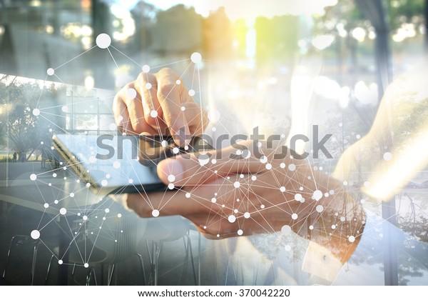 Geschäftsmann, der mit Smartphone arbeitet. Konzept der modernen Technologie, Netzanschluss. Bild geschlossen Hand machen mehrere Ebenen und unscharfe Linse mit Leerraum.