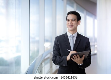 Businessman and workking on fornt bulidding so smart in city