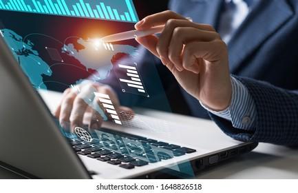 Geschäftsmann arbeitet mit Finanzdaten. Futuristische 3D-Schnittstelle über Laptop-Computer. Interaktive Finanzdiagramme und digitales Datenvisualisierungskonzept. Globale Kommunikation über das E-Business