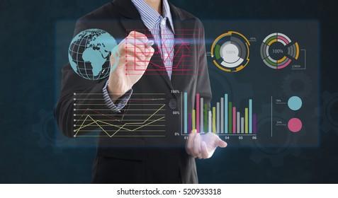 Empresario escribiendo un gráfico de análisis financiero con indicadores clave de rendimiento en pantalla virtual.