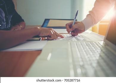 Geschäftsleute, die an dem Seminar teilnehmen, melden sich zur Anmeldung an.