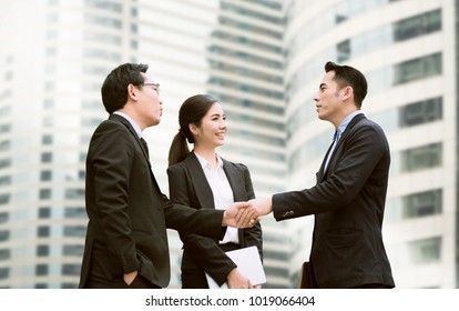 Businessmen making handshake agreement. concept finishing up a meeting.
