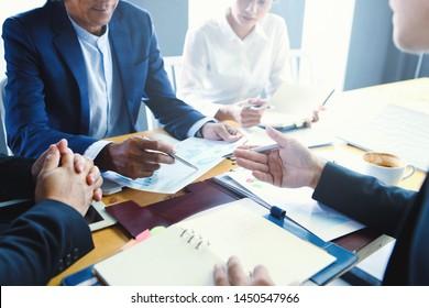 Geschäftsleute treffen Verhandlungen über Handel und Investitionen.Konzepte. Geschäftstreffen, Planung, Verhandlungen