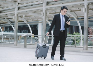 Businessmen are traveling with luggage and using phone contact business.