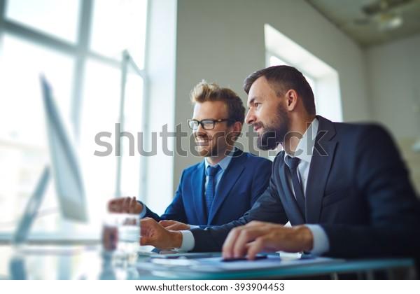 Geschäftsleute, die mit Computern arbeiten