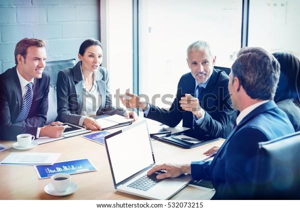 Geschäftsleute, die im Sitzungssaal während der Sitzung im Büro miteinander diskutieren