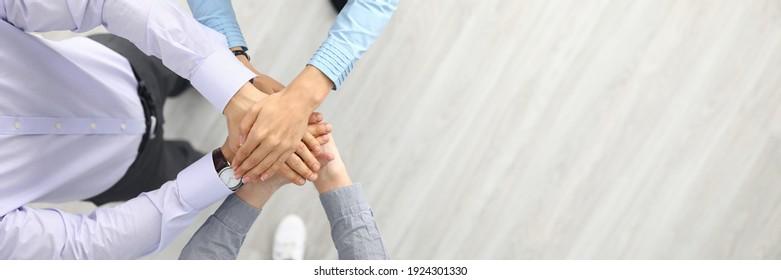 Geschäftsleute und Geschäftsleute stehen mit ihren Händen zusammen. Erfolgreiches Teamwork und Business Agreement-Konzept für Geschäftsleute