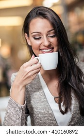 businesswoman drinking coffee in a cafe