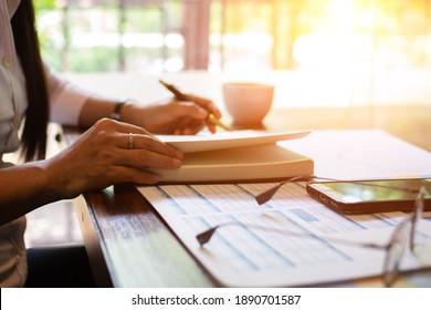 Handschrift für Geschäftsfrau mit Dokumentensteuer bei der Arbeit.concept
