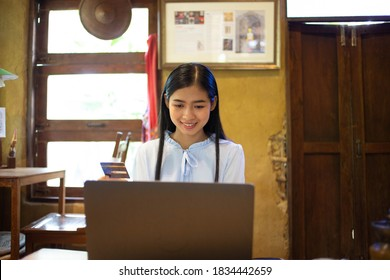 Geschäftsfrau sucht nach Daten für Notebook mit Steuern am Arbeitsplatz.concept