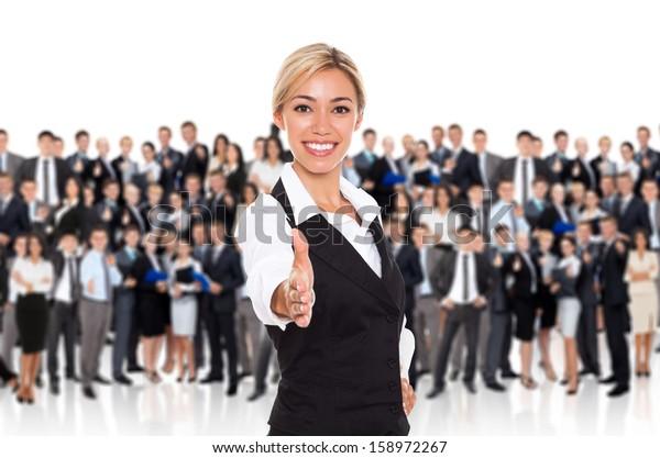 Geschäftsfrau Handshake, Personalverantwortliche mieten Hand schütteln Begrüßungsgeste, junge Geschäftsfrau glücklich Lächeln über große Gruppe von Geschäftsleuten Crowd Hintergrund