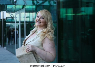 Businesswoman with her bag in front of an office building