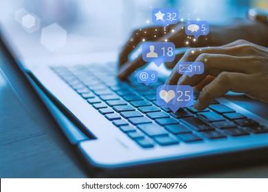 Ordinateur portable pour femme d'affaires avec ,Social, média, concept marketing / ton bleu