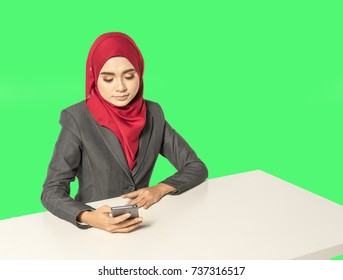 Businesswoman looking the handphone with muslimah lifestyle.