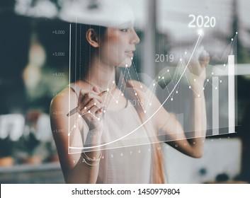 Geschäftsfrau plant Wachstum und die Steigerung von positiven Indikatoren in seinem Geschäft. Unternehmenswachstum Jahr 2020