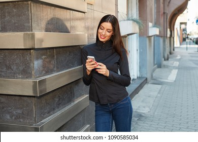 Businesswoman portrait - Attractive young woman on the street using phone. 
