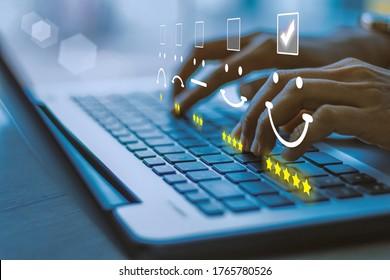Geschäftsfrau drückte Gesichtsempfinden auf dem Keyboard-Laptop.Kundenservice-Auswertungskonzept.blauer Ton