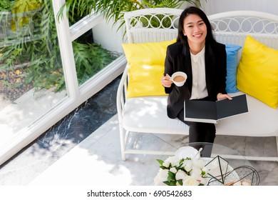 Businesswoman relaxing in coffee shop.