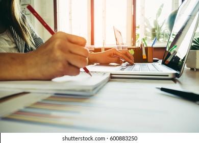 Geschäftsfrau und erfolgreiche Menschen mit Laptop und Schreibnotizen.