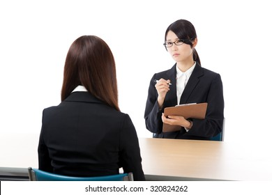 Businesswoman two-shot interview interview discussion meeting oppression interview not adopted