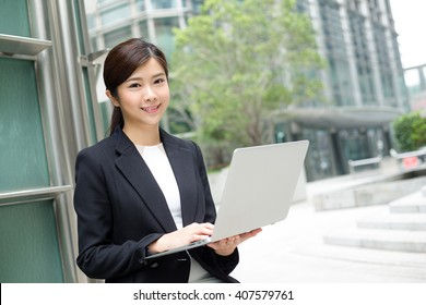 Businesswoman use of laptop computer