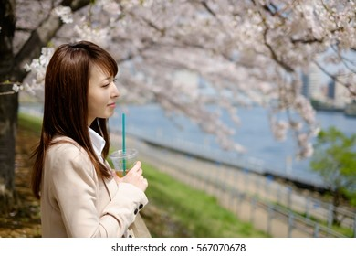 The businesswoman who stares at the cherry tree