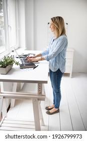 Geschäftsfrau, die an ergonomischen Arbeitsplätzen arbeitet.