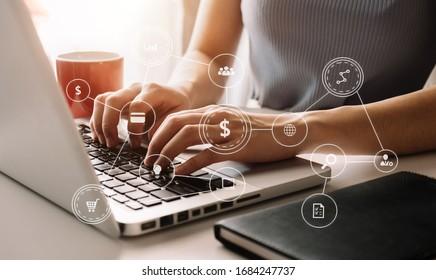 Geschäftsfrau, die mit Smartphone, Laptop und digitalem Tablet-Computer arbeitet und digitale Marketingmedien mit virtuellem Symbol