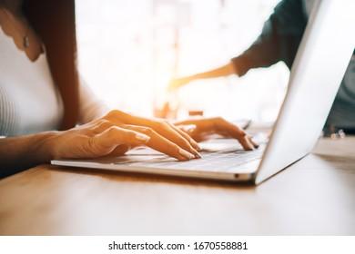 Geschäftsfrauen analysieren Investitionsdiagramm und diskutieren Plan im Sitzungssaal, Investitionskonzept