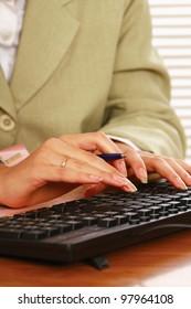 Busineswoman working on a laptop, closeup