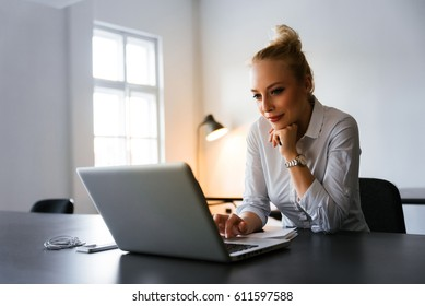 Bussiness woman reading news on the web