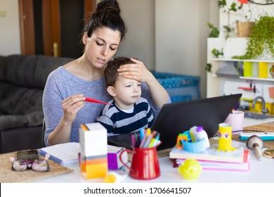 Die beschäftigte Mutter betreut und betreut ihr krankes Kind. Sorge erregende Frau, die das Fieber ihres Sohnes mit einem Thermometer zu Hause misst.