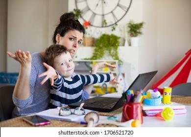 忙しいお母さんは家で働いて子供の世話をしてる。ストレスを感じた女性が、息子とパソコンでテレコミュートをしている。