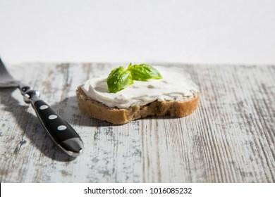 Butterbrot mit Frischkäse und Kreutern