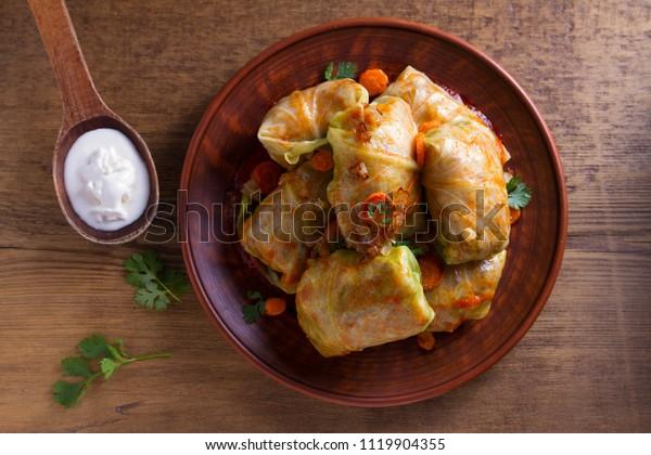 キャベツは肉、米、野菜と一緒に巻く。キャベツの葉に肉を詰めたもの。チョウ・ファルチ、ドルマ、サルマ、ゴルブチ、ゴラブキ。上から見る、上部のスタジオショット