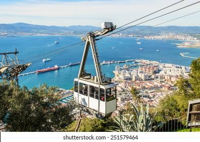 Seilbahn in der Nähe des Felsengipfels von Gibraltar. Mit dem Cable Car gelangen Sie bequem zum Naturschutzpark Alameda in Gibraltar.