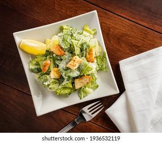 Cäsar-Salat auf quadratischem Teller