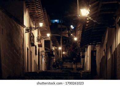 Calle Cajamarca iluminada por la noche