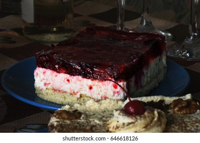 Cake soufflé cheesecake with berries