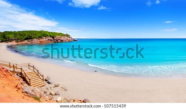 Strand von Cala Nova auf Ibiza mit türkisem Wasser im Balearen-Mittelmeer