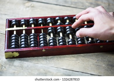 Calculate with an abacus, the ancient Chinese abacus