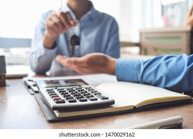 Calculator and business Insurance authorities showing an insurance policy and dealing the policyholder must to sign.