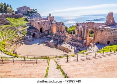 Der Kalender des antiken griechischen Theaters von Taormina in der brennenden Sonne. Sizilien, Italien