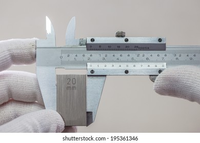 Calibration outside jaw of VERNIER caliper with gage block