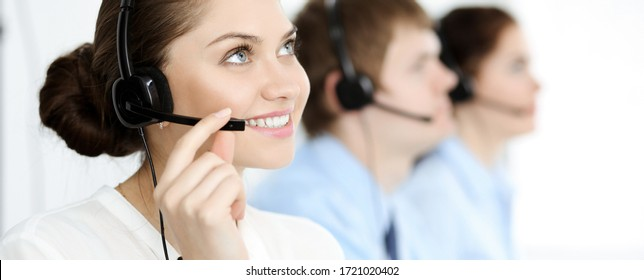 Callcenter. Verschiedene Kundendienstmitarbeiter in Headsets bei der Arbeit im Büro. Geschäftskonzept