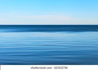 Ruhige Ostsee und klarer blauer Himmel.