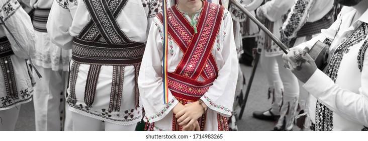 Calusari Romanesti - Costum traditional - Romanian folcloric  dancers