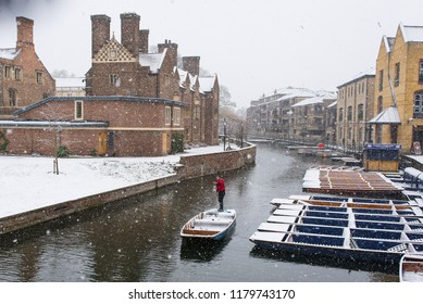 Cambridge, UK -  10 December 2017. UK Weather: Winter punting in heavy snow on the river Cam, view from Magdalene bridge  and Scudamore's Quayside Punting Station