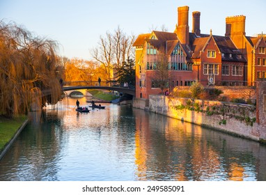 CAMBRIDGE, UK - JANUARY 18, 2015: River Cam and tourist's boats